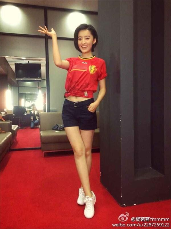 央视女主播杨茗茗扮足球宝贝
